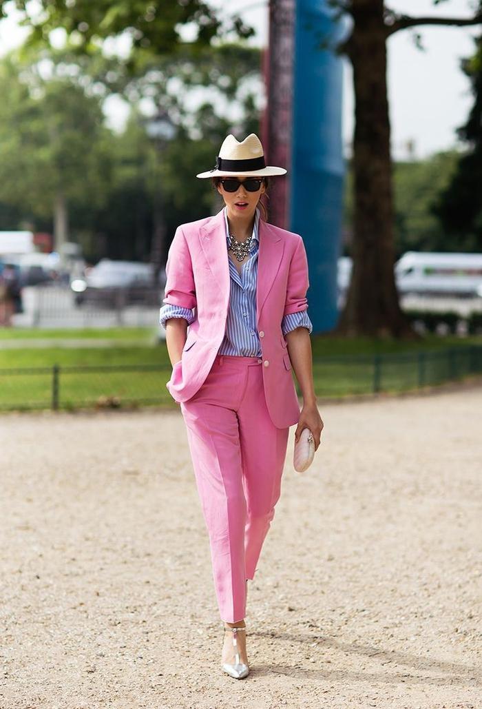 comment-porter-le-costume-femme-en-été-pantalon-cigarette-blazer-manche-retroussée-couleur-rose-chapeau-à-rebord-avec-bande-noire-e1516865910581